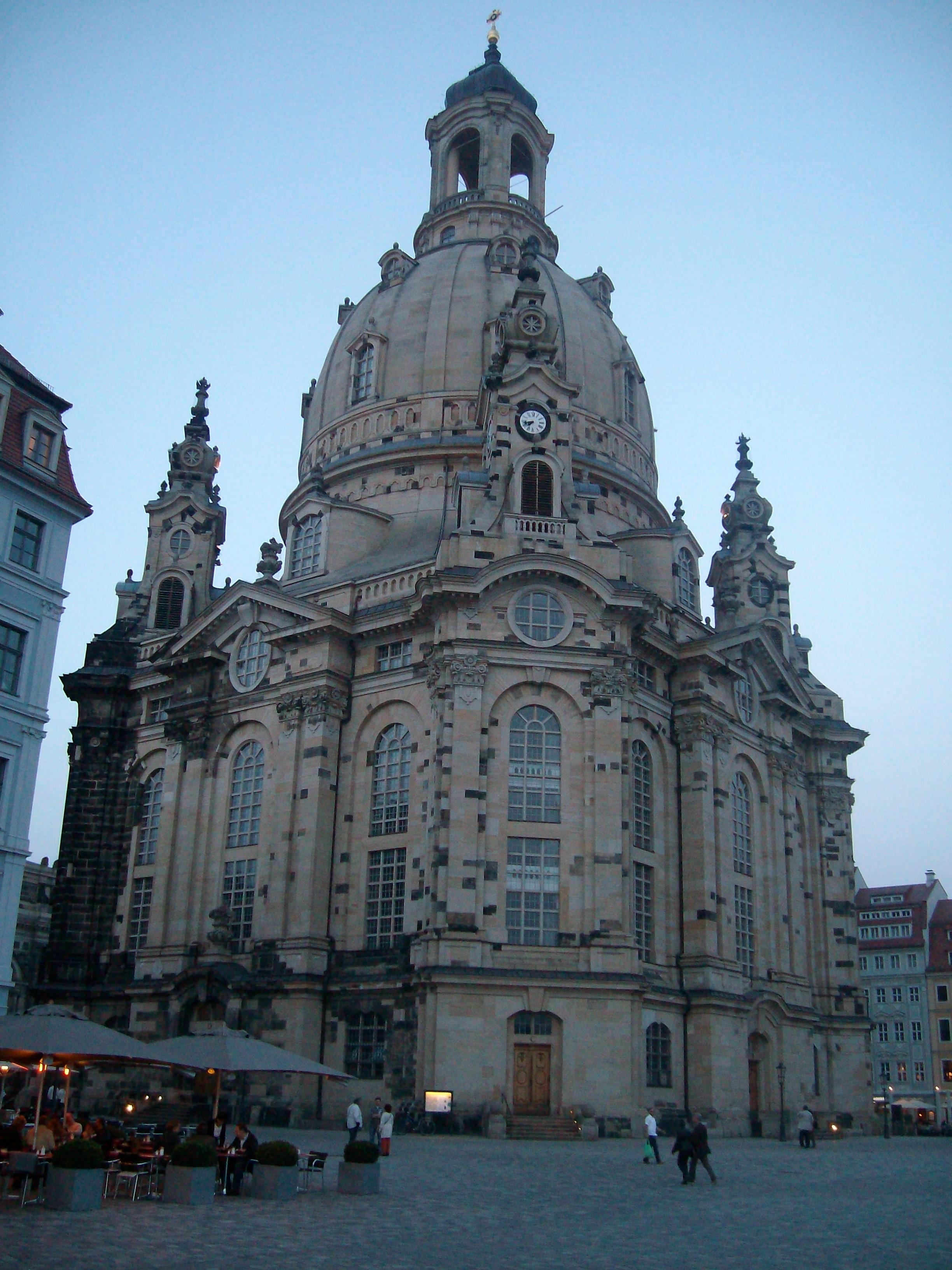 Frauenkirche i Dresden låg i ruinar i heile etterkrigstidi. Etter murens fall vart kyrkja rekonstruert, takk vere ein internasjonal innsamlingsaksjon.