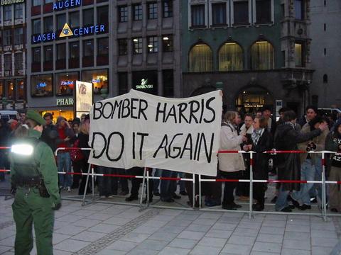 """Sjølvhatet er grenselaust: Vinstreekstreme motdemonstrantar i Dresden nyttar årsdagen for bombeterroren til å fremja parolar som """"Bomber-Harris, do it again"""", """"Nie wieder Deutschland"""" og """"Alles gutes kommt  von oben."""