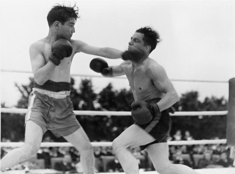 Boxing_Tournament_in_Aid_of_King_George's_Fund_For_Sailors_at_the_Royal_Naval_Air_Station,_Henstridge,_Somerset,_July_1945_A29806