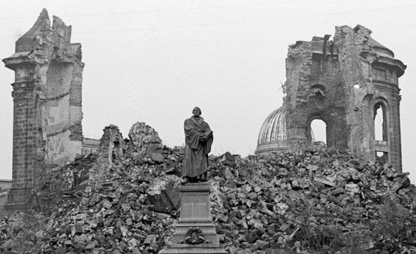 Etter bombeåtaket stend Lutherstatua att framfor ei samanrasa Frauenkirche.