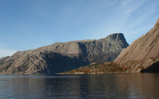 Hornelen, sedd yver Frøysjøen frå Vingen.