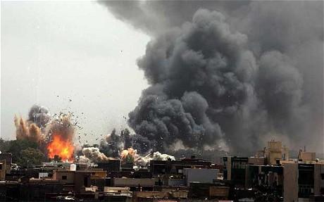"""Bombeåtaki mot tettbygde bustadstrok i Tripoli kosta mange menneskeliv. Noreg tok på seg mange av dei bombeåtaki som militært og politisk vart rekna som dei """"vanskelegaste"""", og for dette fekk dei mange stjernor i boki hjå NATO."""