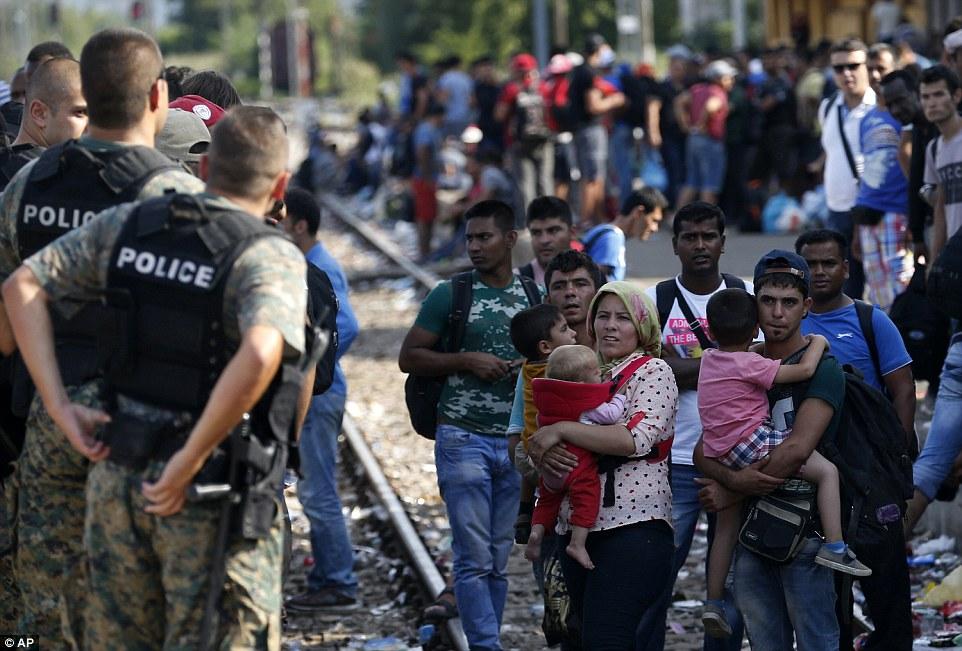 I Noreg er politikarane vortne samde um taka inn 8000 Syria-flyktningar og soleides slå ein strek yver innvandringsordskiftet - resten er eit praktisk integrasjonsspursmål som skal løysast ute i kommunane. I millomtidi kryssar i snitt 3000 flyktningar grensa til Makedonia - kvar einaste dag. Sume dagar er dei so mange som 4000...