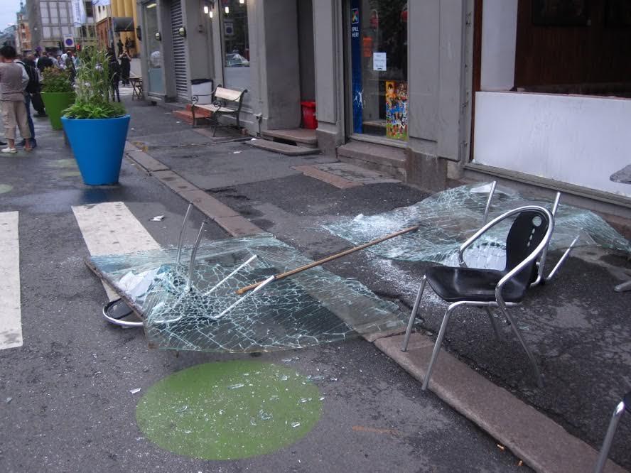 TERROR: Stolar frå ein kafe i Akersgata, på hovudet med stolbeini stikkande gjenom vindauga (Foto: Torstein Viddal).