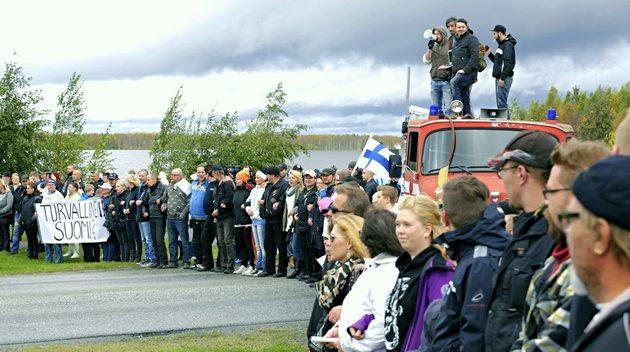 Torneå i Finland: Ei menneskemasse sperrar grensa mot Sverike, med krav um stogg i asylstraumen.