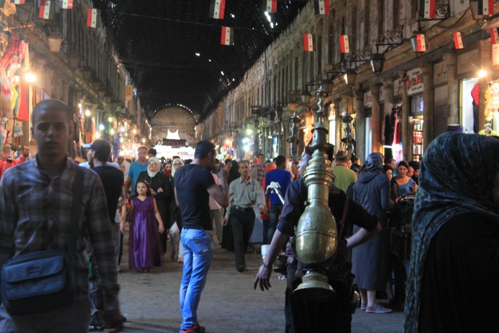 KVARDAGSLIV: I Damaskus er det eit yrande liv på marknaden, og utestadene er fulle med folk. Krigen er berre eit steinkast undan, men det hev folk lært seg å liva med.