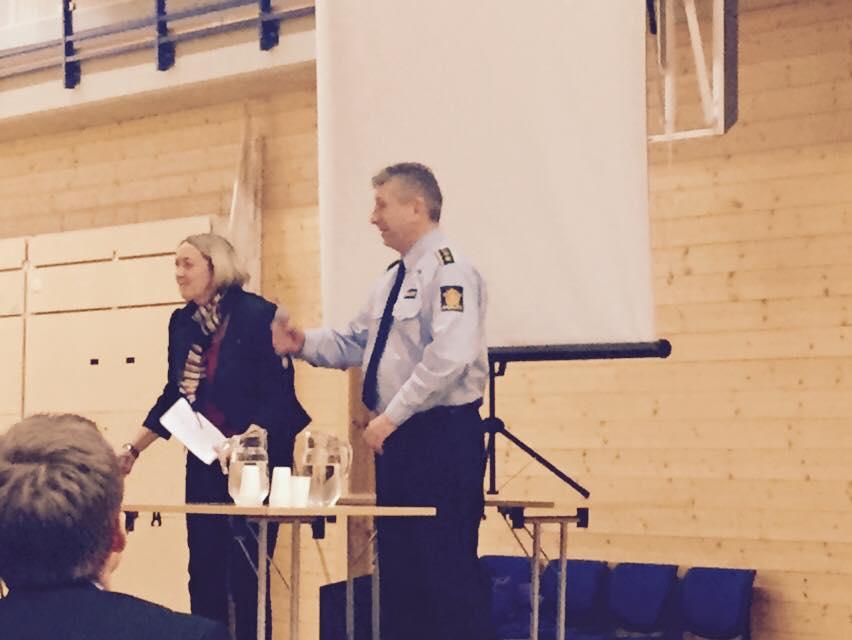 """""""Øvrigheta"""" er på plass for å gje tyngd til asylvedtaket: Ordførar og lensmann talar til folket."""