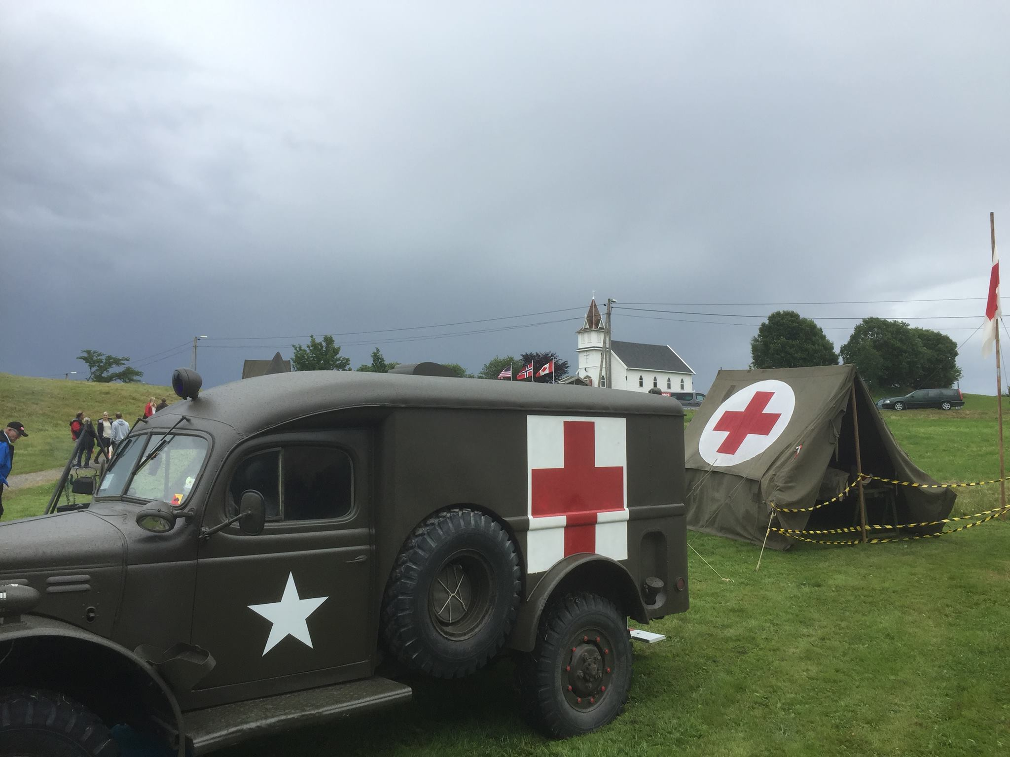Heimevernsungdomar og amerikanske militærbilar installerar seg i cowboylandsbyen. Er årstalet 1860 eller 1945?