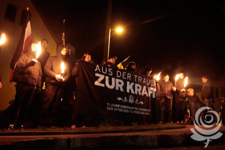 Nasjonale aktivistar framfor minnesteinen i februar i år.