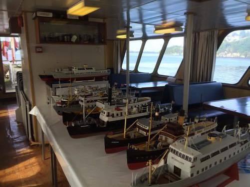 Modellar av gamle fjordabåtar, sette fram i lugaren på M/S Vestgar.