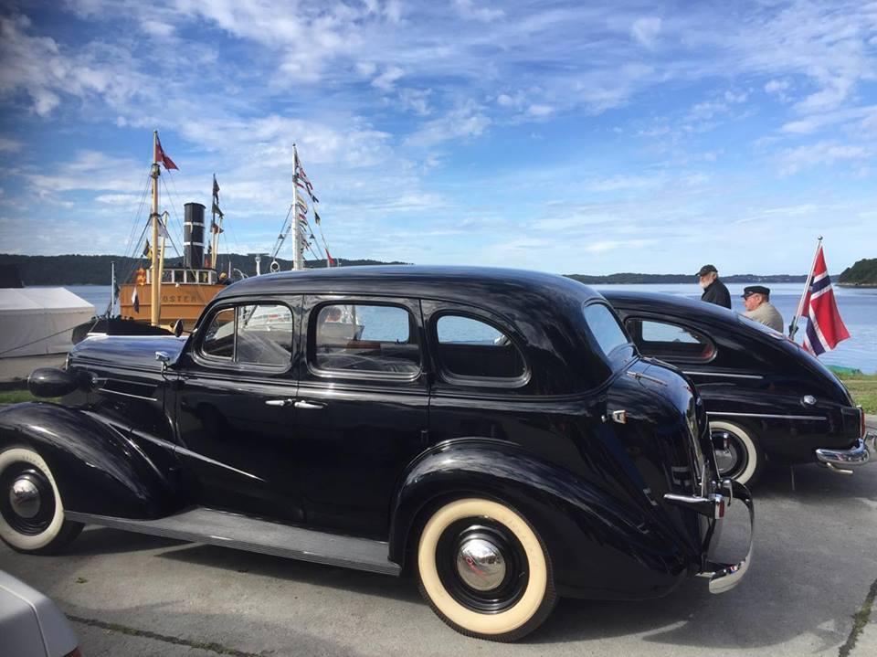 Både veteranbilar og veteranbåtar under Kystsogevekene på Holmeknappen.