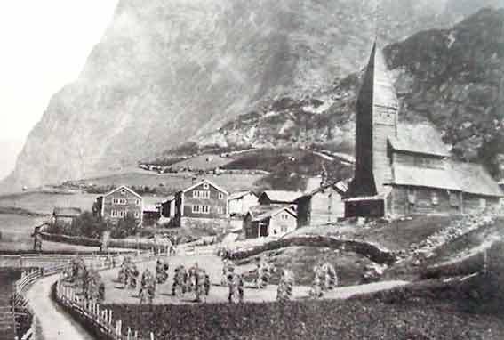 Fortun Stavkyrkje i Luster vart plukka ned, lasta um bord i D/S Hornelen og sett upp att på Fantoft i Bergen.