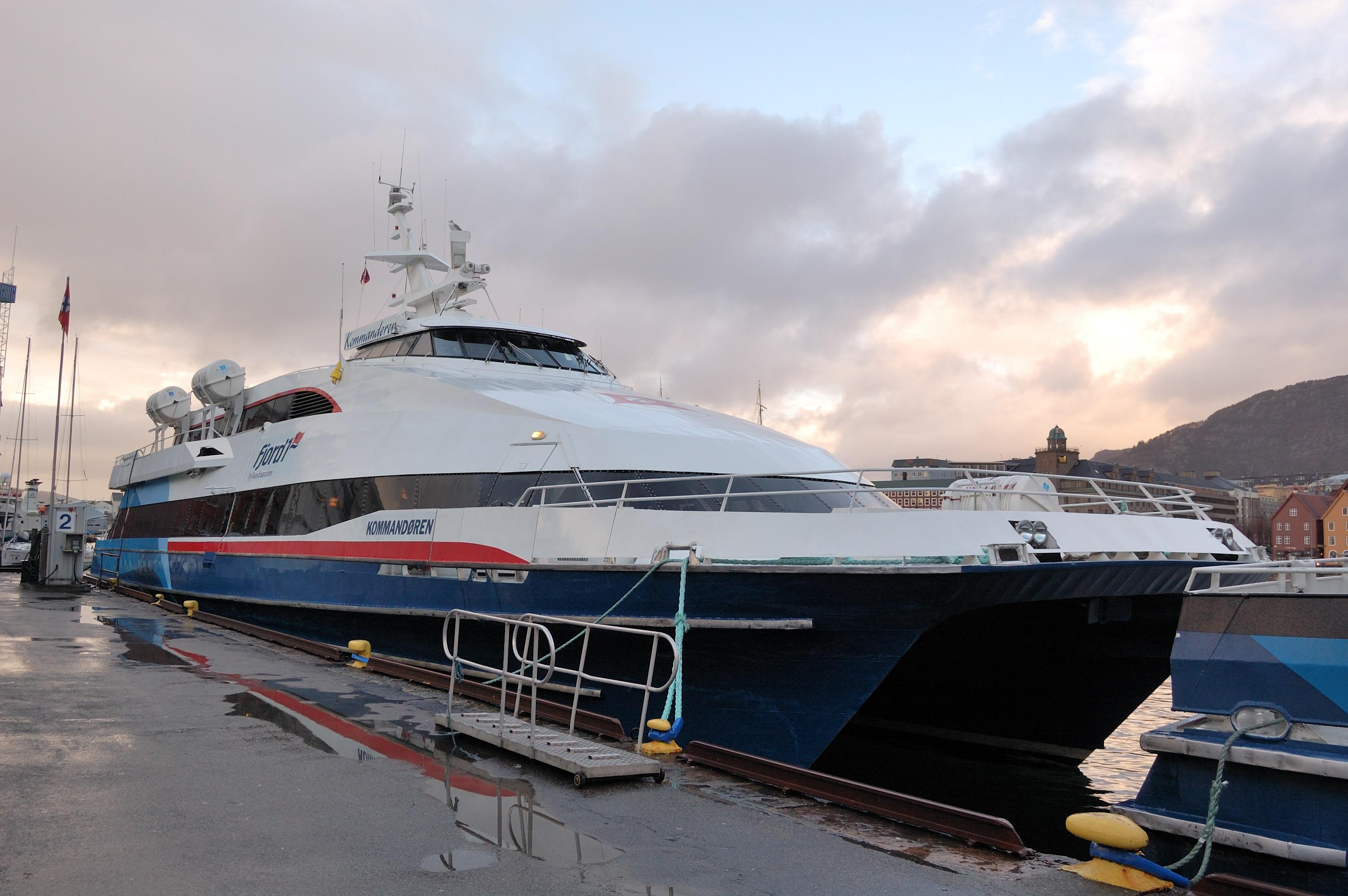 M/S Kommandøren var ein av dei siste katamaranane som Fylkesbaatane hadde i snøggbåtruta Bergen-Nordfjord fram til dei tapte anbodet i 2010.